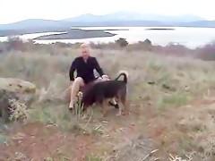 Morena de rosa se lo monta con perro canela